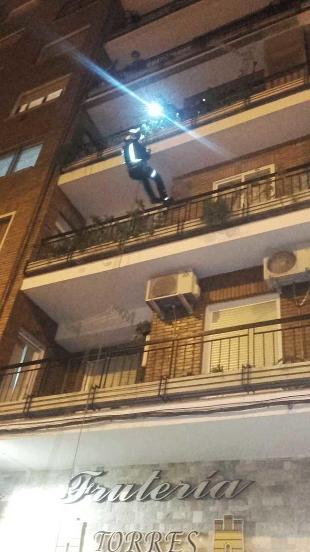 Los bomberos rescatan a una mujer en su edificio de la plaza Cardenal Loaisa