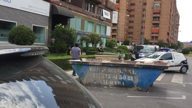 La Policía Nacional en el exterior de la vivienda situada en la avenida Juan Carlos I