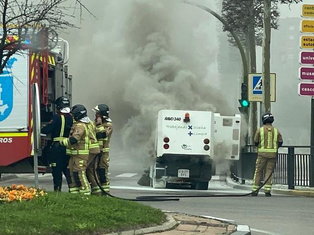 Incendio de una barredora del servicio de limpieza en Talavera (fotos)