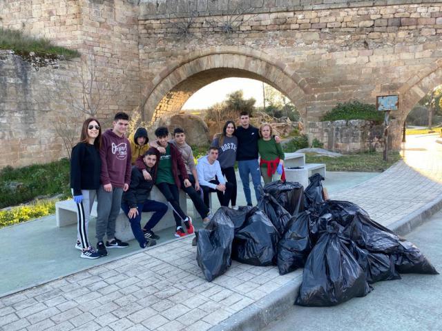 FOTOS| Los 'Quintos' de El Puente del Arzobispo y el cuidado del Medio Ambiente