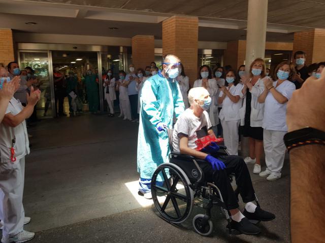 VIDEO | El 'míster' Vicente Cuesta recibe el alta hospitalaria en Talavera, EMOCIONANTE