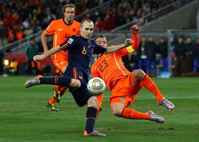 Iniesta disparando a gol en la final frente a Holanda. Fuimos campeones del mundo