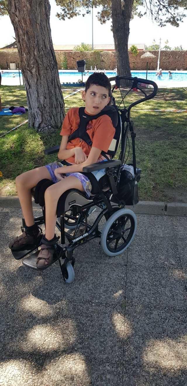 Toni con su nueva silla de paseo