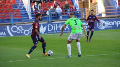 Góngora trata de obstaculizar a un jugador del Extremadura en el partido del Francisco de la Hera del 22 de noviembre de 2020.
