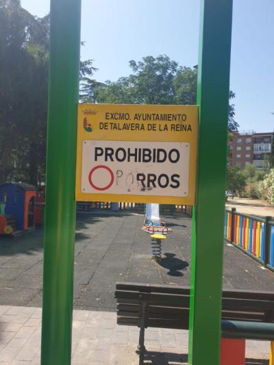 El curioso mensaje escrito en un cartel de un parque talaverano