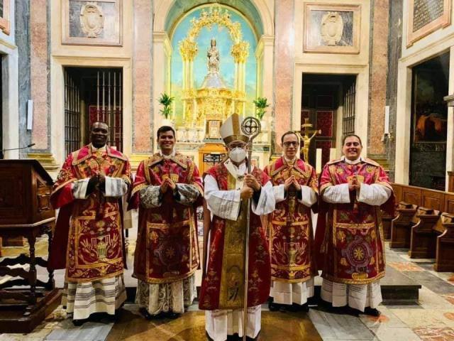 Héctor Jesús Rodríguez celebra su primera misa en la Basílica de Talavera