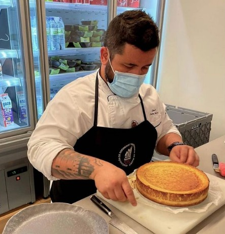 El chef talaverano Carlos Sierra premiado gracias a su espectacular tarta de queso