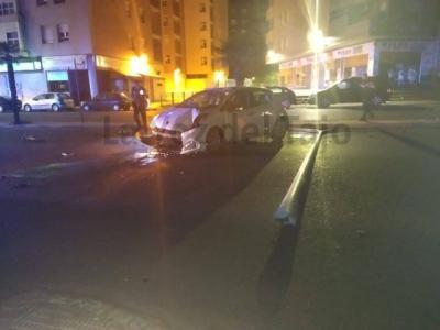 Un vehículo choca contra una farola en una avenida de Talavera