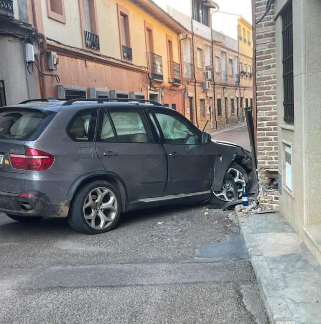Dos heridos leves tras chocar su vehículo contra una vivienda