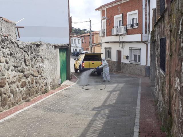 CORONAVIRUS | Desinfectan las calles de San Román de los Montes (fotos)