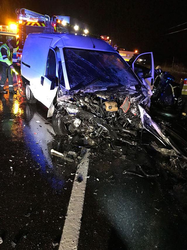 Liberan a una chica atrapada en un vehículo tras un choque frontal