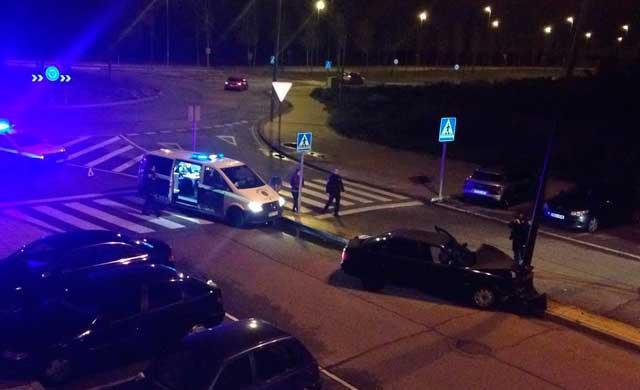 Espectacular accidente sin heridos en la rotonda de la Av. de los Artesanos