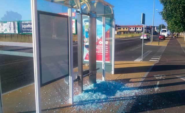 Destrozan la marquesina en la parada de autobuses del Tanatorio