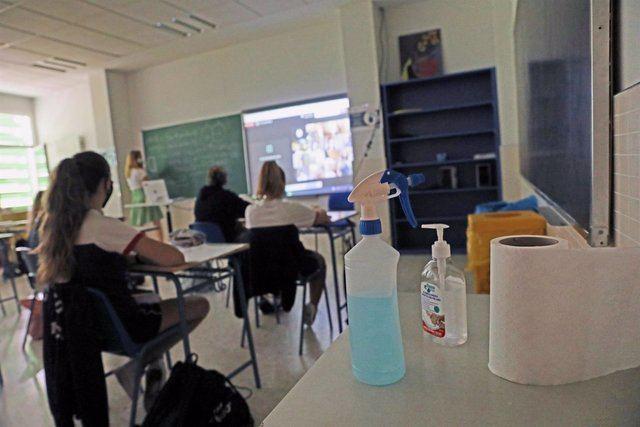 Productos desinfectantes colocados en los pupitres de las aulas. - Marta Fernández Jara - Europa Press