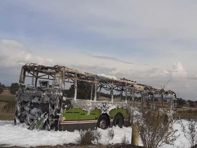 El fuego calcina un autobús entre Valdeverdeja y Puente del Arzobispo