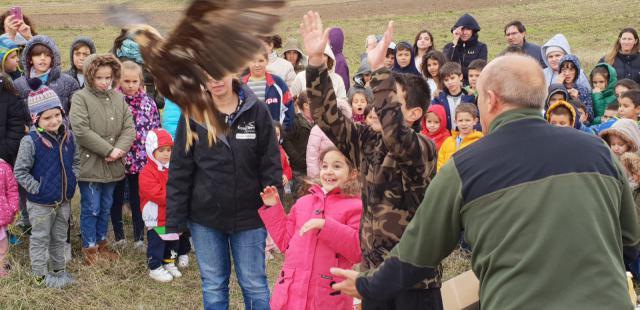 Alumnos del colegio 'Miguel de Cervantes' de Cazalegas participan en la suelta de aves en el embalse