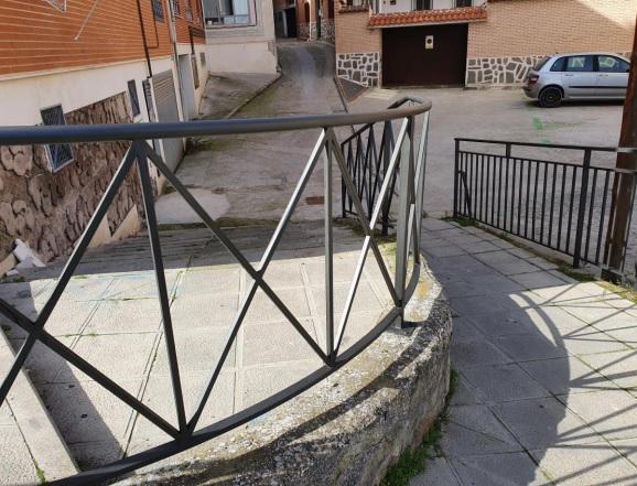 PLANES DE EMPLEO   El Ayuntamiento mejora los bancos y las vallas urbanas en diferentes puntos de la ciudad