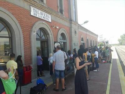 (VÍDEO) La avería de un tren obliga a los pasajeros a caminar con su equipaje hasta la estación de Talavera