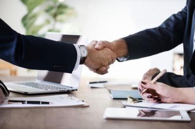 CLM | Aplazar y fraccionar deudas tributarias o simplificar trámites de contratación, entre las medidas del nuevo Pacto