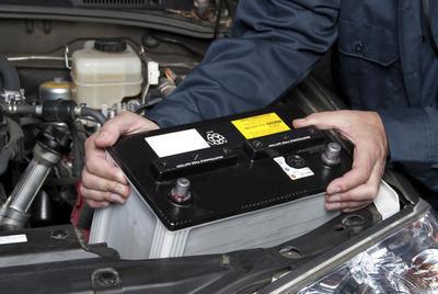 Detienen a una mujer e investigan a otras dos personas por robar baterías de coche