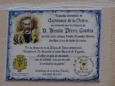 Una placa de cerámica talaverana recuerda el paso de Benito Pérez Galdós