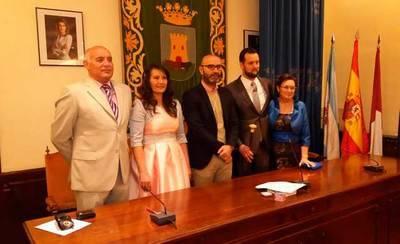 El concejal de Deportes oficializa el matrimonio entre Álvaro Zapardiel y Esther Rodríguez
