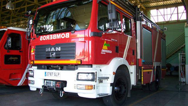 Los bomberos tratan de rescatar a un ciclista tras sufrir un accidente