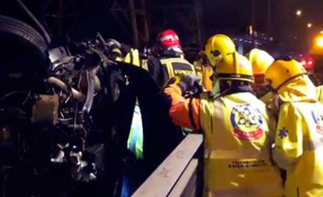 Rescatado un joven atrapado en su coche tras volcar en la A-5