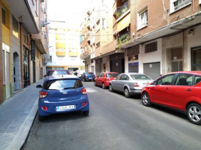 """Malestar por la """"estrechez"""" de la calle Barrio de San Juan y la dificultad para circular"""