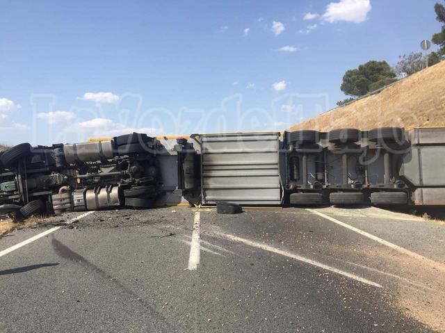 Así quedó el camión que bloquea la A-5 (fotos)