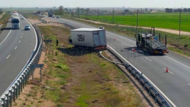 Un camión queda atravesado en la mediana de la A-5 a la altura de Lucillos