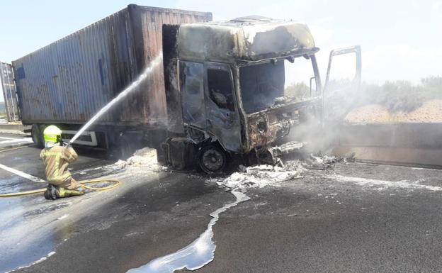 Fallece un hombre tras incendiarse el camión en el que viajaba