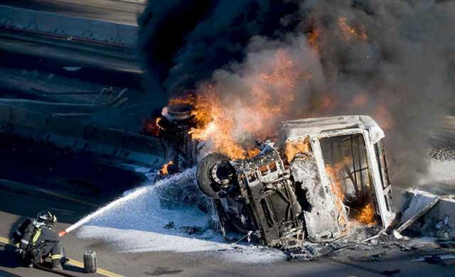 Imagen de archivo de bomberos trabajando en el incendio de un camión.