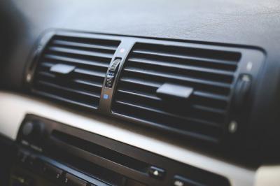 Adiós a los malos olores por el aire acondicionado en el coche