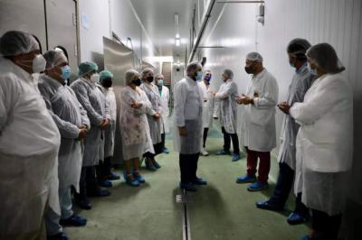 Núñez visita Cárnicas Dibe, una de las empresas más importantes en la Comarca