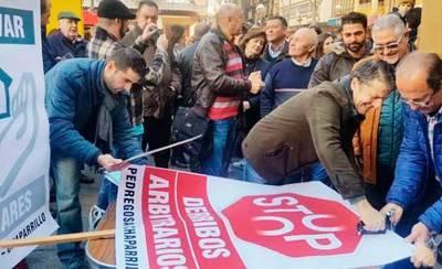 Cerca de 100 vecinos de La Pedregosa se concentran en Ciudad Real contra el derribo de sus viviendas