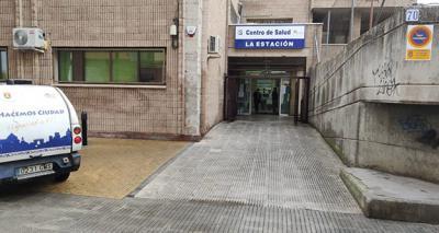 Medio centenar de personas asaltan el Centro de Salud La Estación