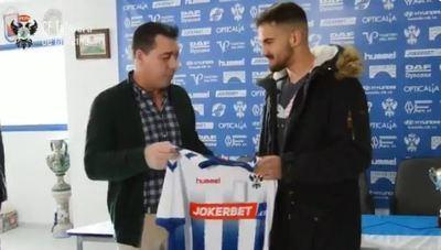 El CF Talavera entrega la camiseta del equipo al boxeador talaverano Adam Trenado