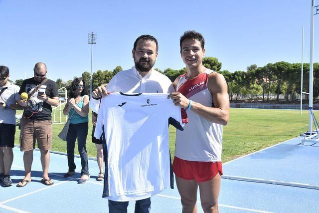 Christian López consigue el Record Guinness en 400 metros lisos de carrera hacia atrás