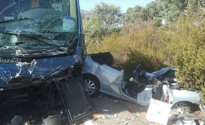 Herido muy grave el conductor de un turismo al chocar con un autobús