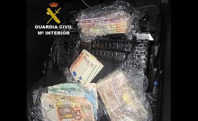 Intervenidos 90.000 y 29.600 euros ocultos en dos dobles fondos de vehículos
