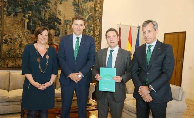 Caja Rural CLM entrega su Memoria Anual al presidente de la JCCM