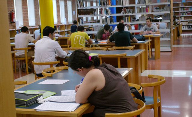 Las Cortes convocan becas de 3.000 euros para que postgraduados de la UCLM
