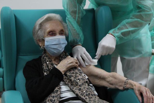 COVID-19 | CLM completa la administración de la primera dosis de la vacuna en los centros sociosanitarios