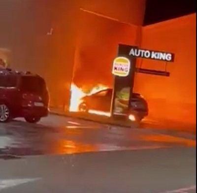 Las impactantes imágenes de un coche en llamas en el Burger King