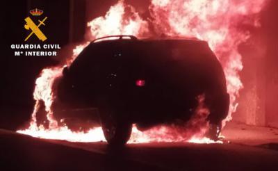 Incendian un vehículo y las llamas llegan hasta una vivienda