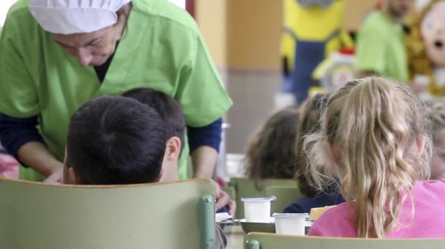 La Junta aprobará este martes 80.000 ayudas para becas de comedor escolar y compra de libros