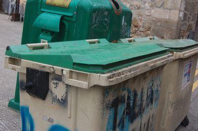 Expedientados dos trabajadores del servicio de basuras por estropear varios contenedores