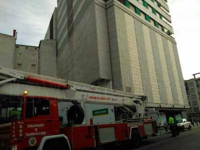 Susto sin consecuencias tras desprenderse una cornisa en el edificio 'Mary'