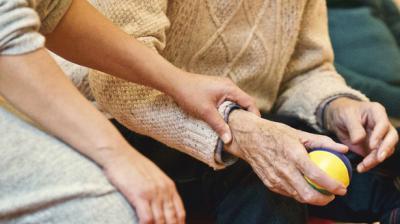 Más del 85 % de las personas cuidadoras de dependencia en CLM son mujeres